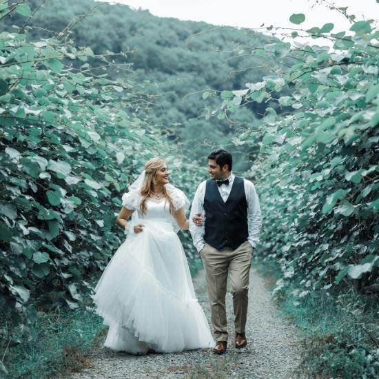 Les mariés se baladent en forêt