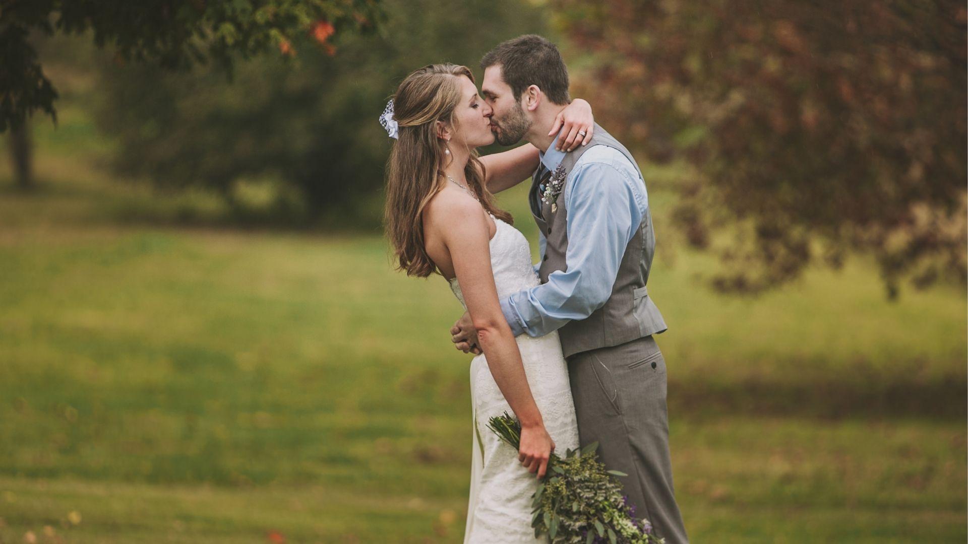 Les mariés s'embrassent dans le Loiret