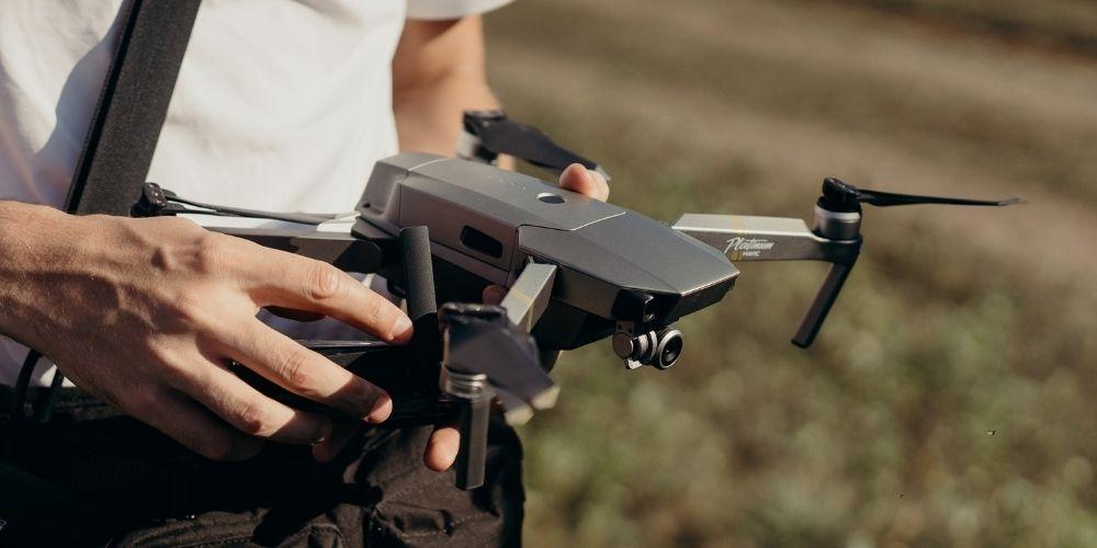 Le photographe de mariage montre son drone