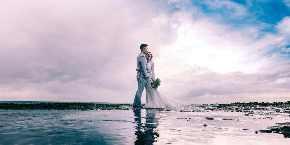 Un drone capture les mariés à la mer