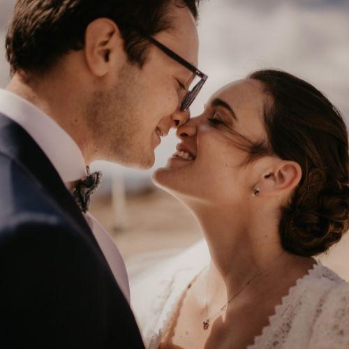 Les mariés s'embrassent lors de leur mariage simple