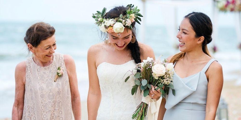 La mariée entourée de ses proches pour son mariage intime