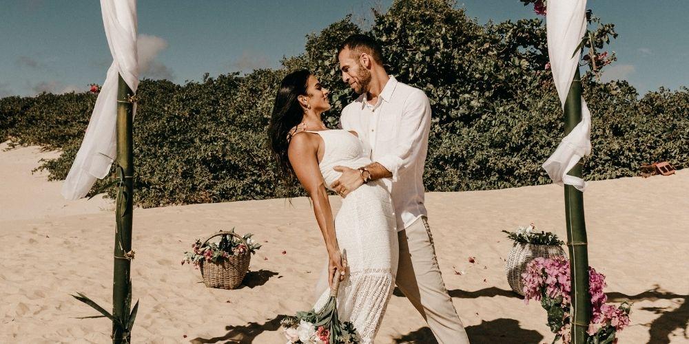 Photo d'un mariage intime à deux à la plage