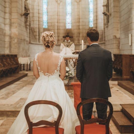 Photos des mariés de dos à l'église