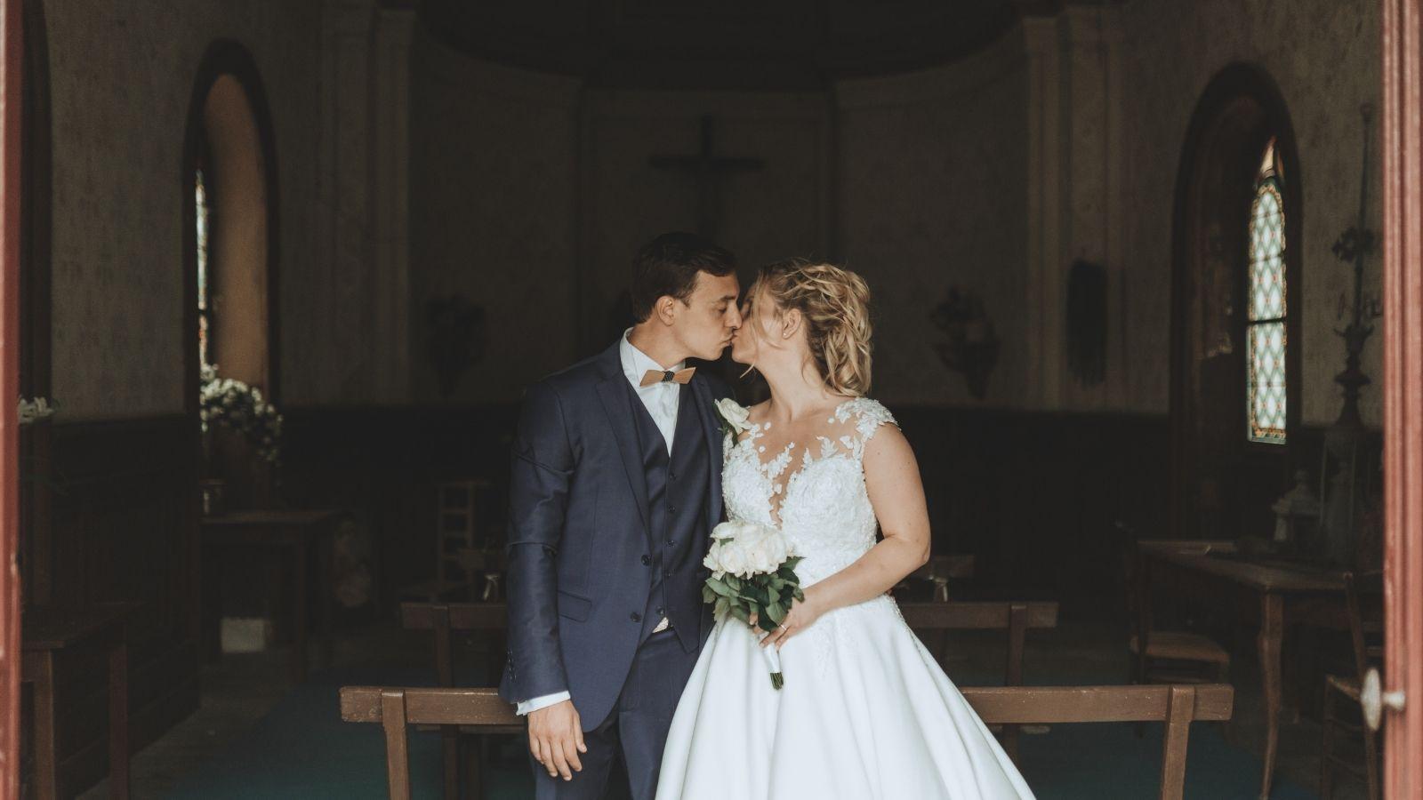 Les mariés s'embrassent en Eure-et-Loir