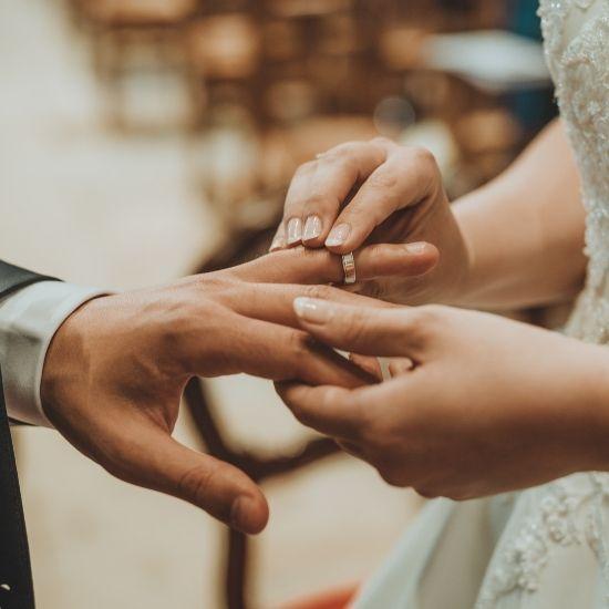 Photo de la marié passant la bague au doigt