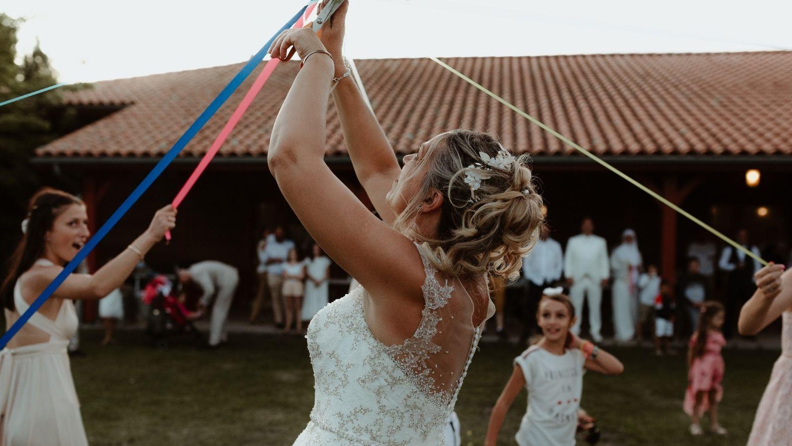 Photo de la mariée coupant un ruban à Vendôme
