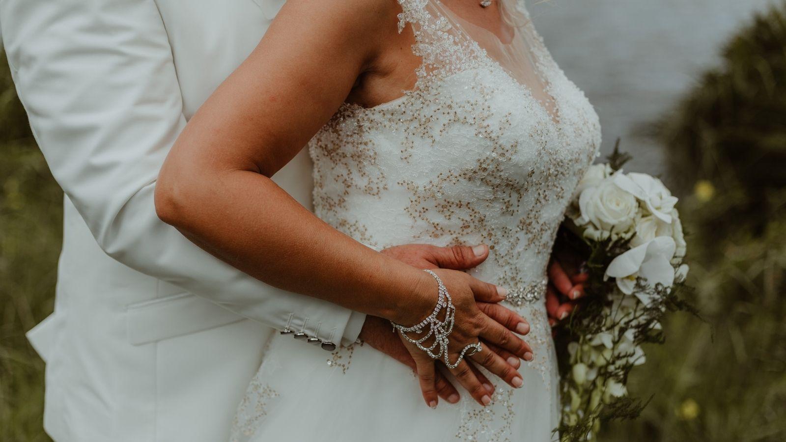 Le marié tient la mariée de dos dans les Deux-Sèvres