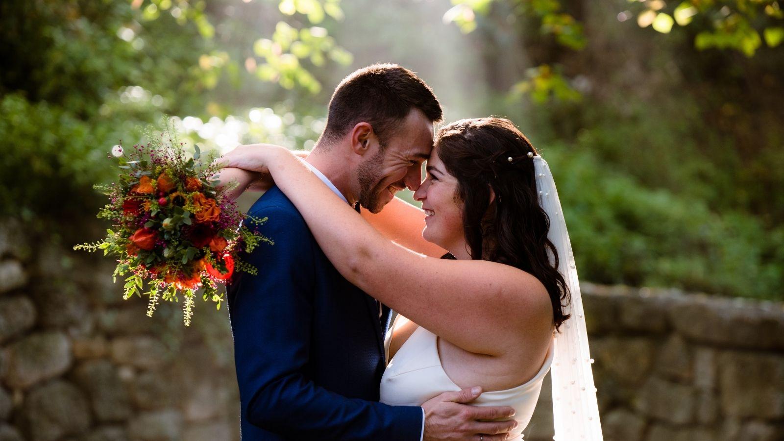 Les mariés s'enlacent à Belfort
