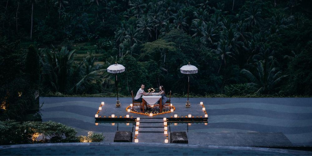 Une demande en mariage romantique, le dîner aux chandelles