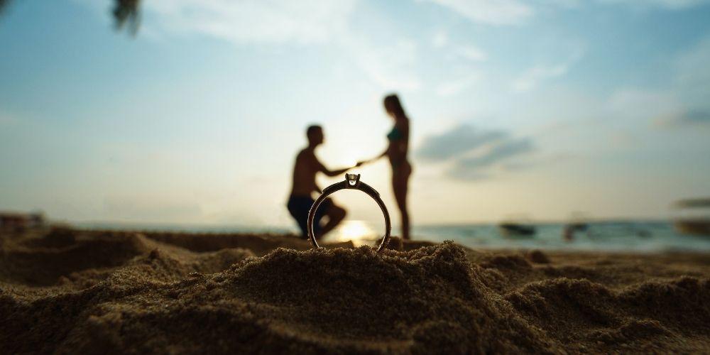 Les demandes en mariage les plus romantiques se font souvent à la plage