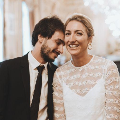 Les mariés à leur mariage civil à la mairie