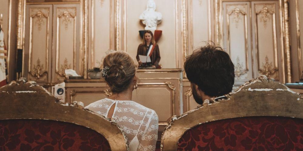 Les mariés face au maire qui fait un discours de mariage