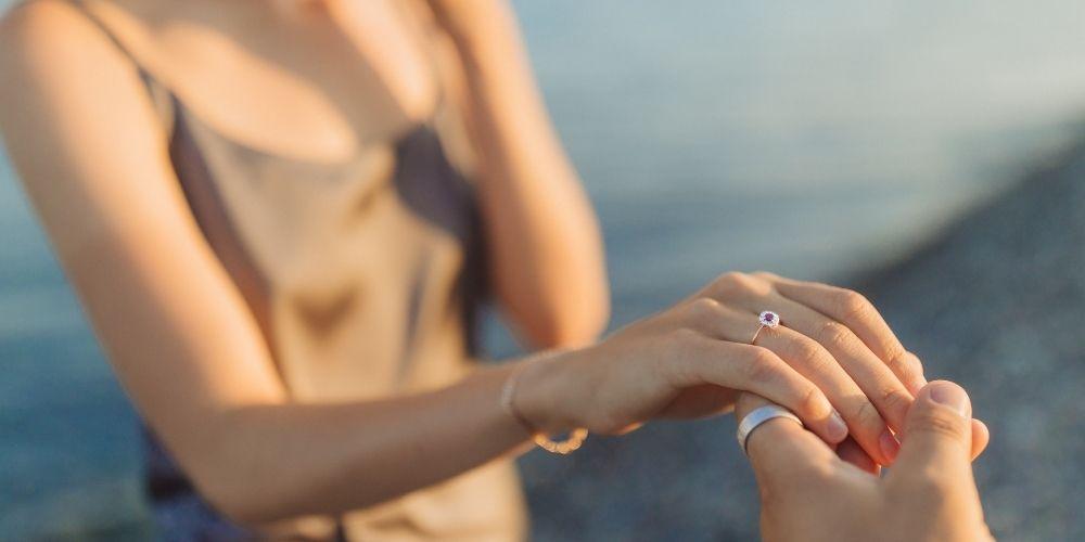Photo d'une femme acceptant une demande de mariage