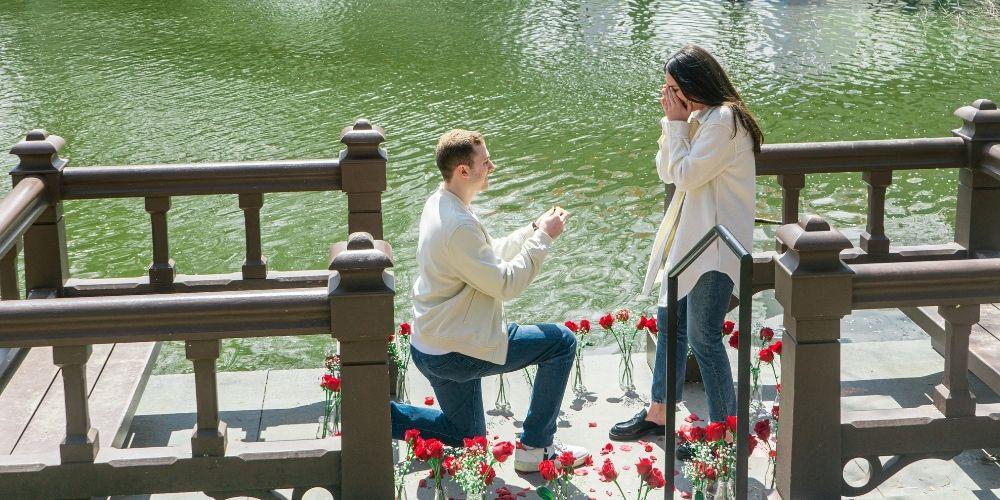 Photo d'une demande en mariage surprise dans un parc