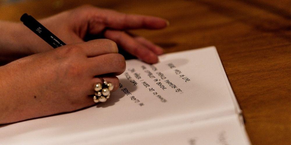 Photo d'une femme rédigeant son texte de demande en mariage