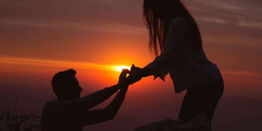 Demande en mariage au coucher du soleil