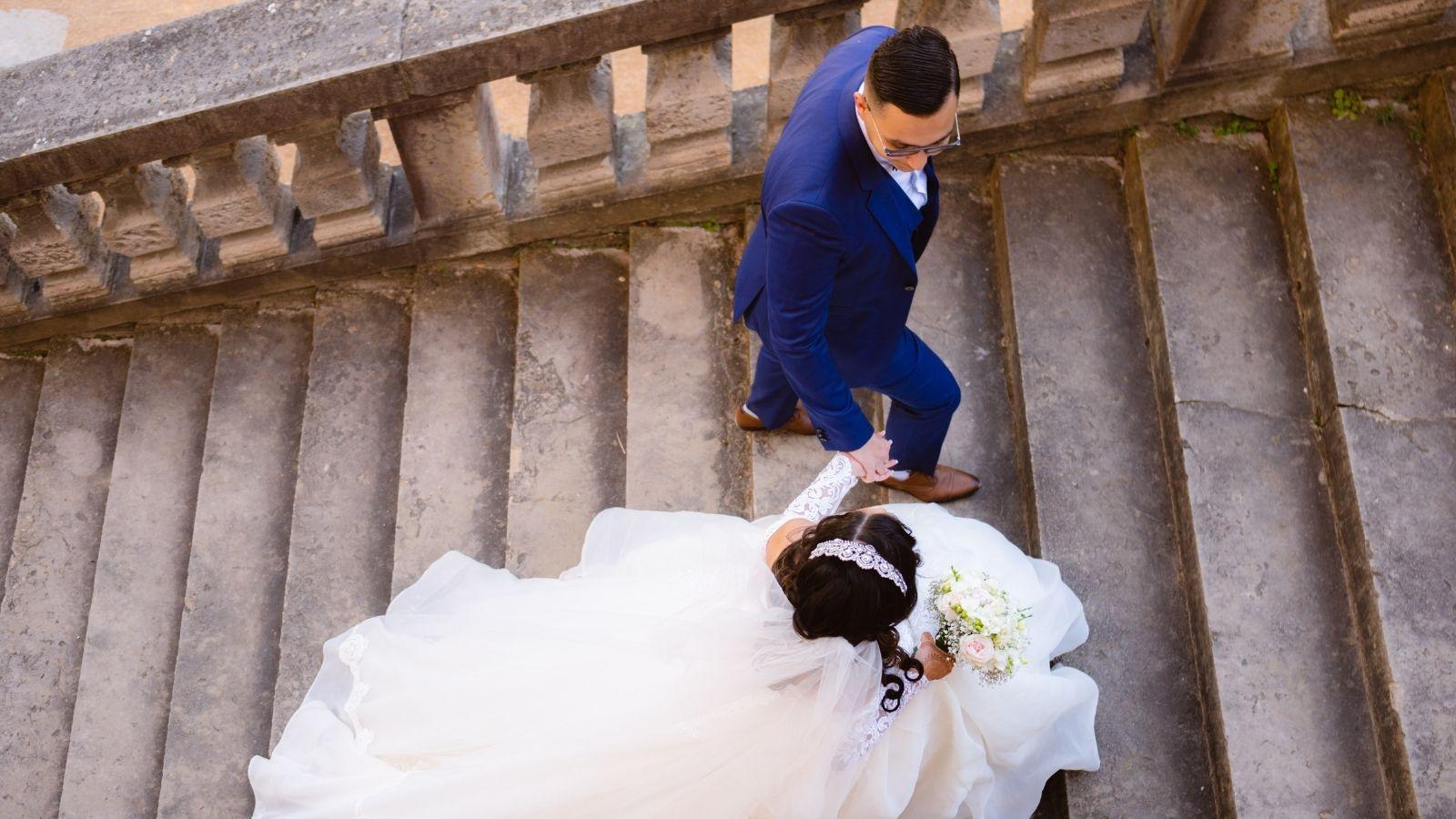 Les mariés montent les marches à Bordeaux