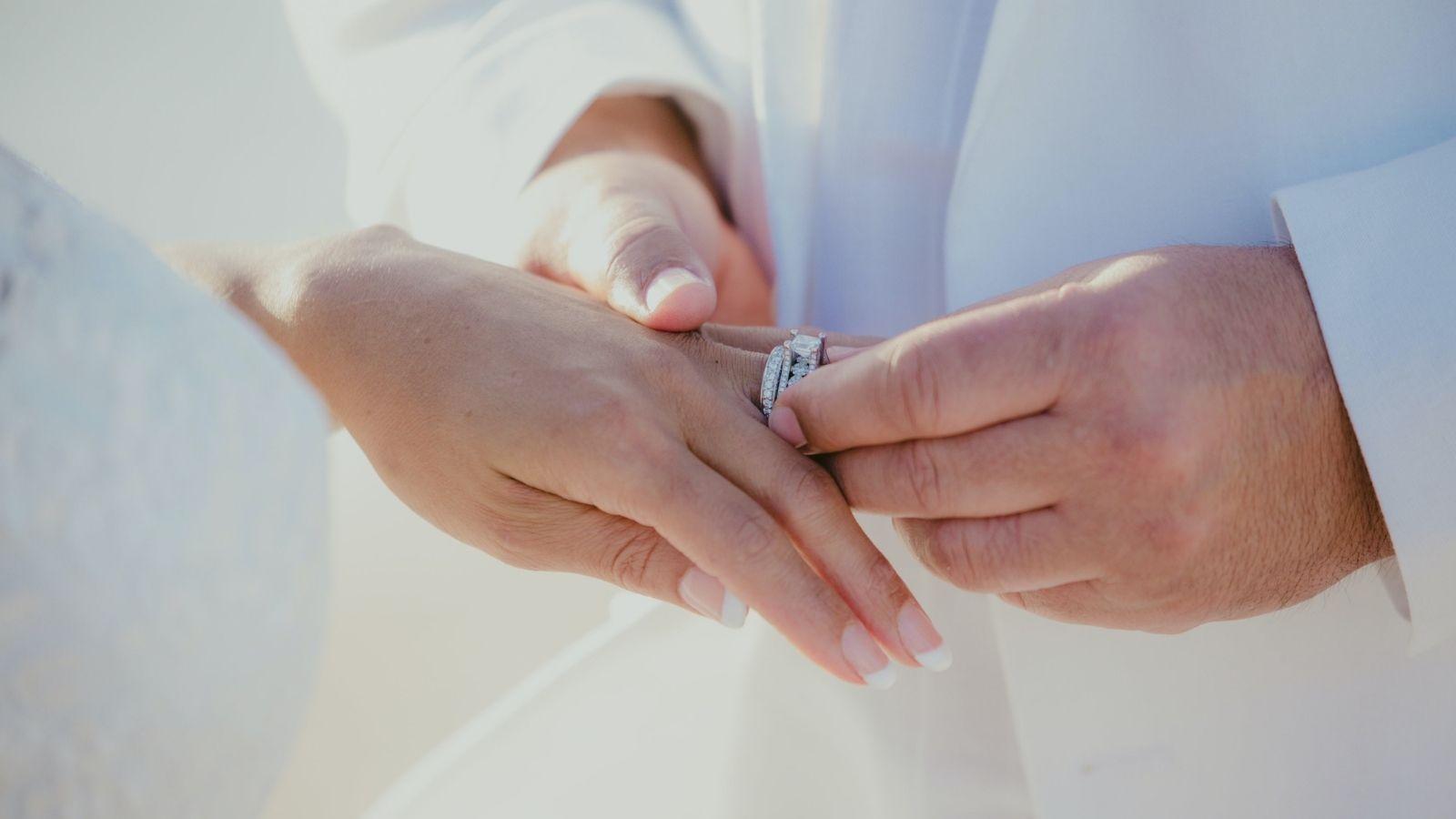 Le marié passe la bague au doigt en Charente