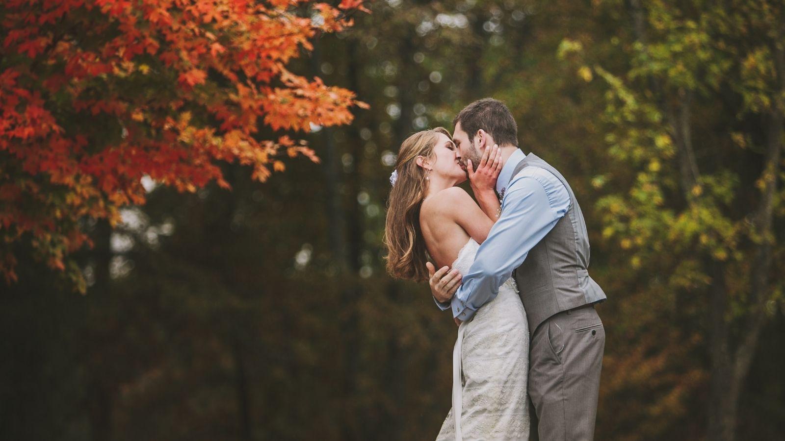 Les mariés s'embrassent en Dordogne