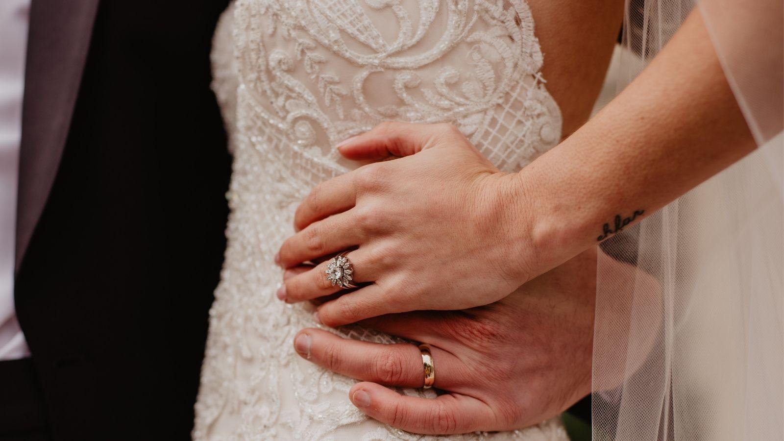 Le marié tient la mariée par la taille à La Rochelle