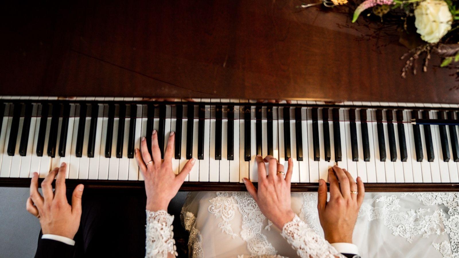 Les mariés jouent du piano à Lannion