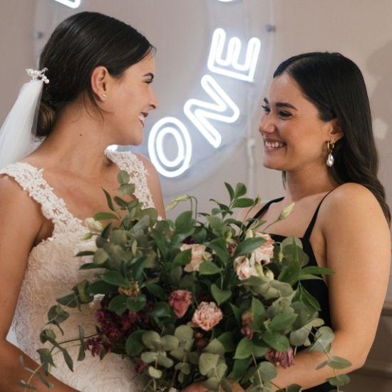 La mariée avec sa demoiselle d'honneur