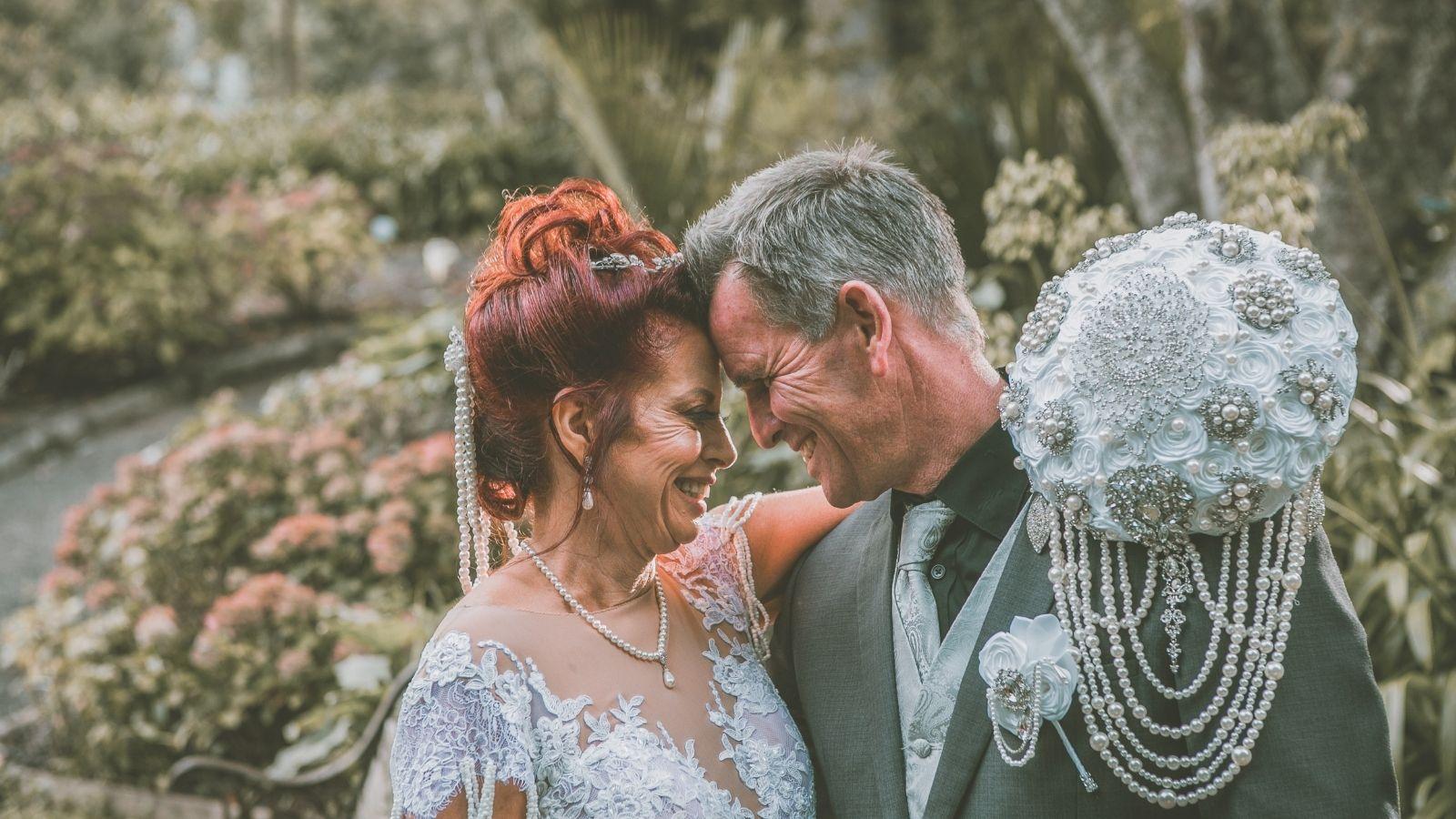 Les mariés se regardent en souriant à Libourne