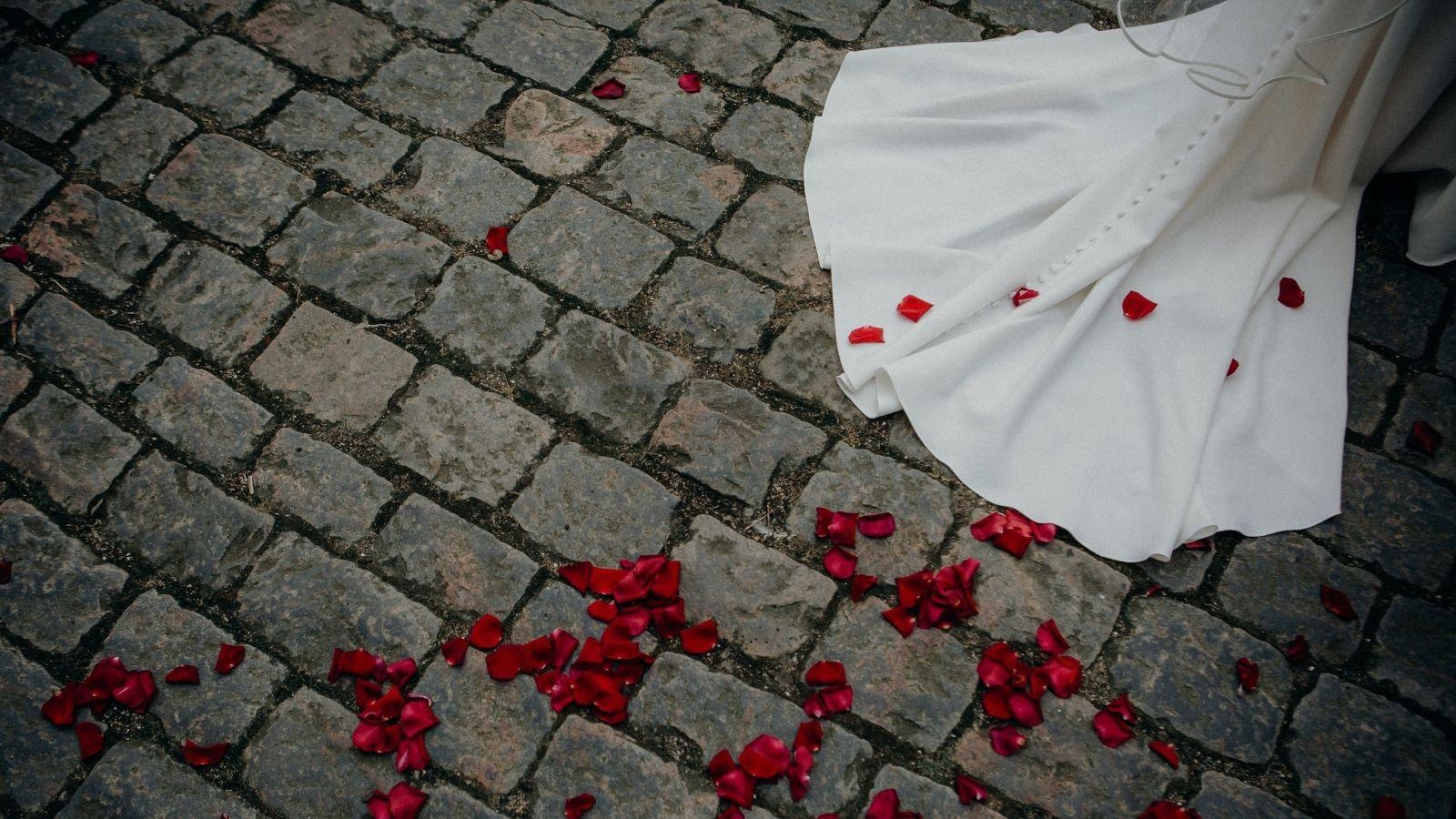 Photo de pétales de roses d'une haie d'honneur à Périgueux