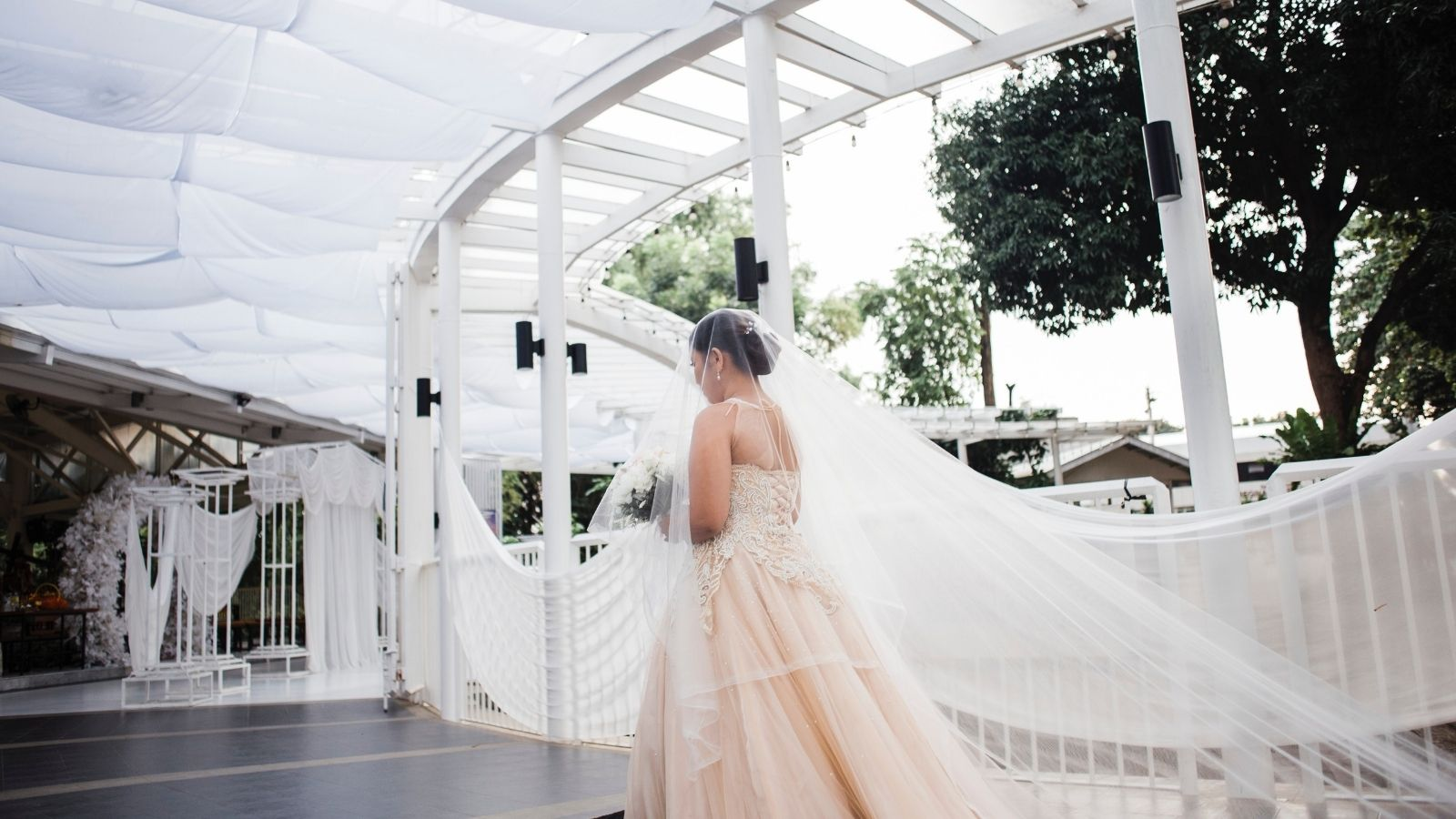 La mariée pose seule à Pessac