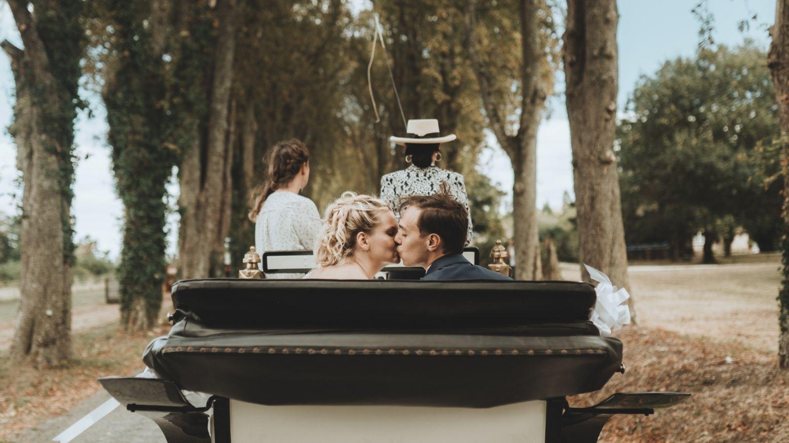 Les mariés s'embrassent dans une calèche à Rochefort