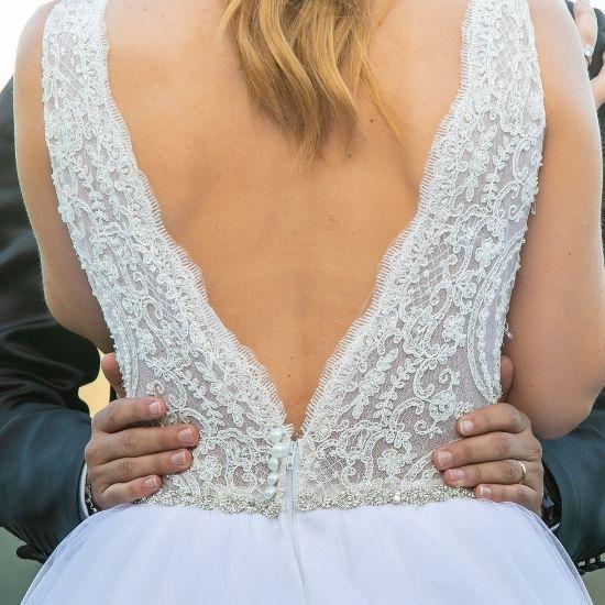 Photo de la mariée enlacée de dos