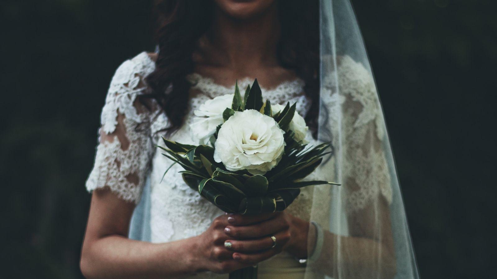 La mariée pose avec son bouquet à Anglet