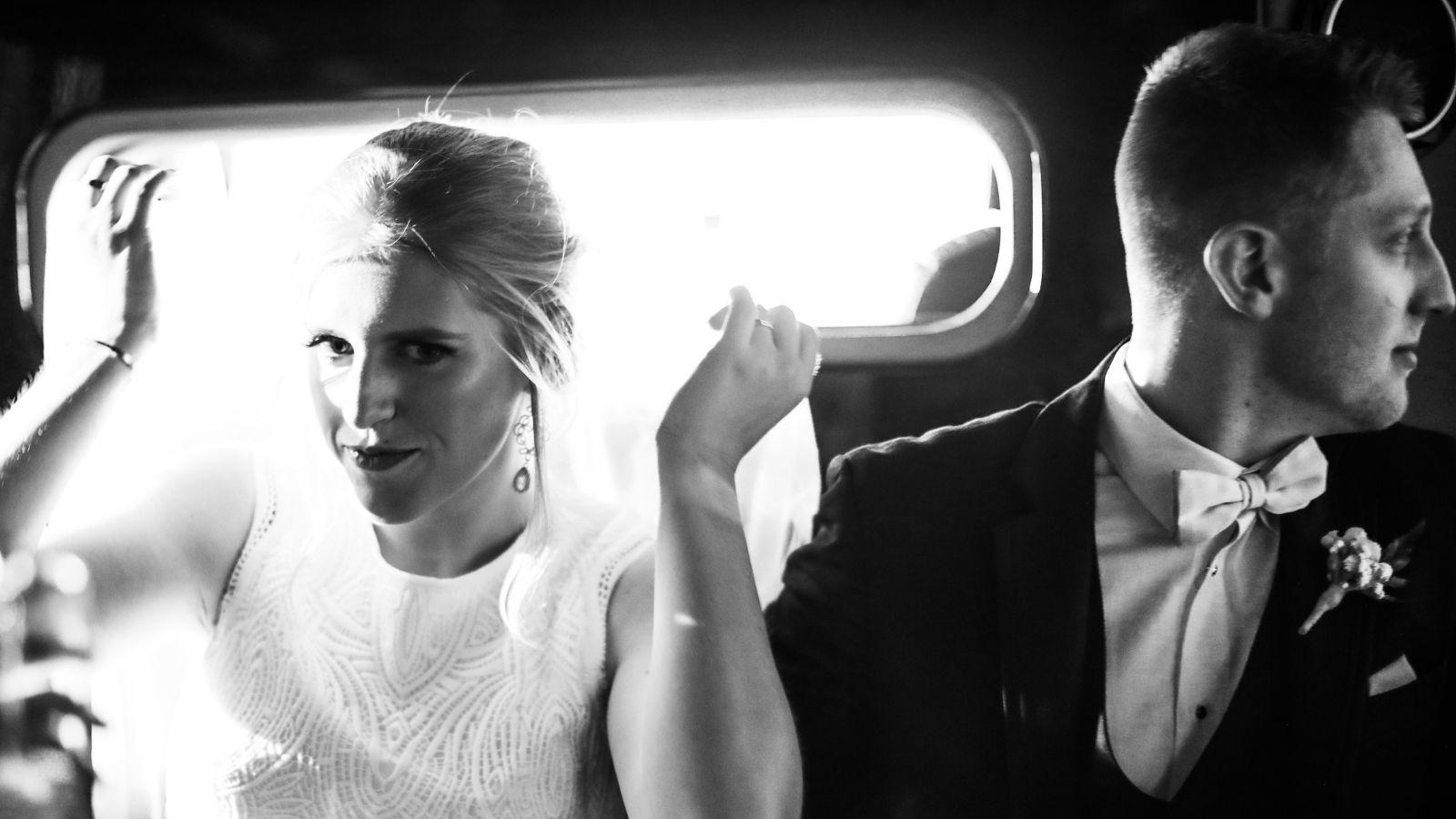 Photo des mariés dans leur voiture à Arpajon