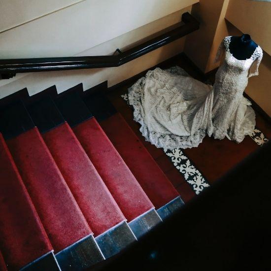 La mariée pose seule dans un escalier