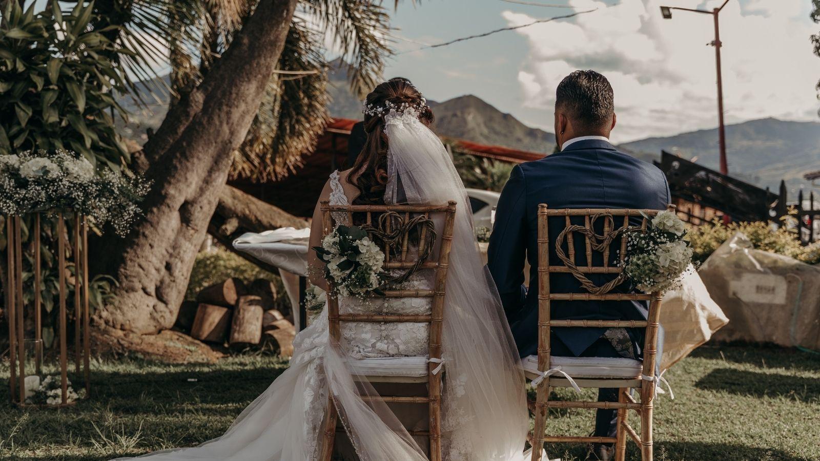 Les mariés sont assis de dos à Bayonne