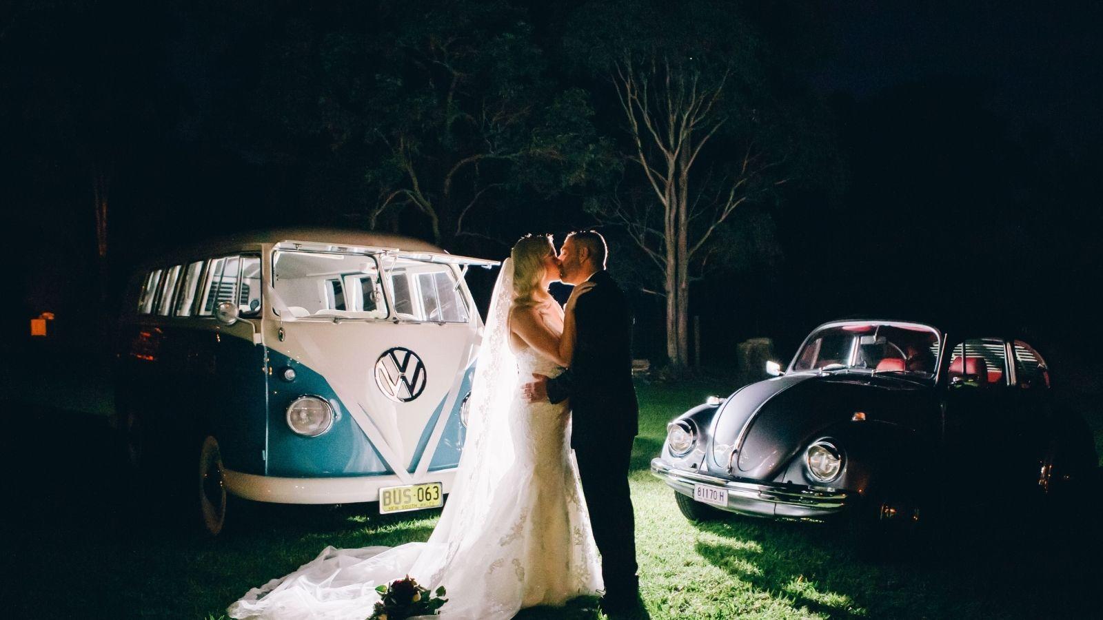 Les mariés s'embrassent de nuit à Bourg-en-Bresse