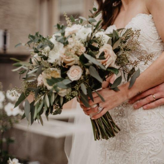 Le marié enlace la mariée par derrière