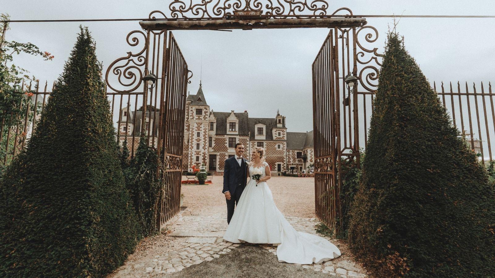 Photo des mariés à l'entrée d'un château en Corrèze