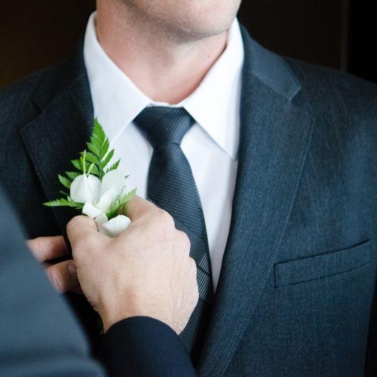 Gros plan du costume du marié