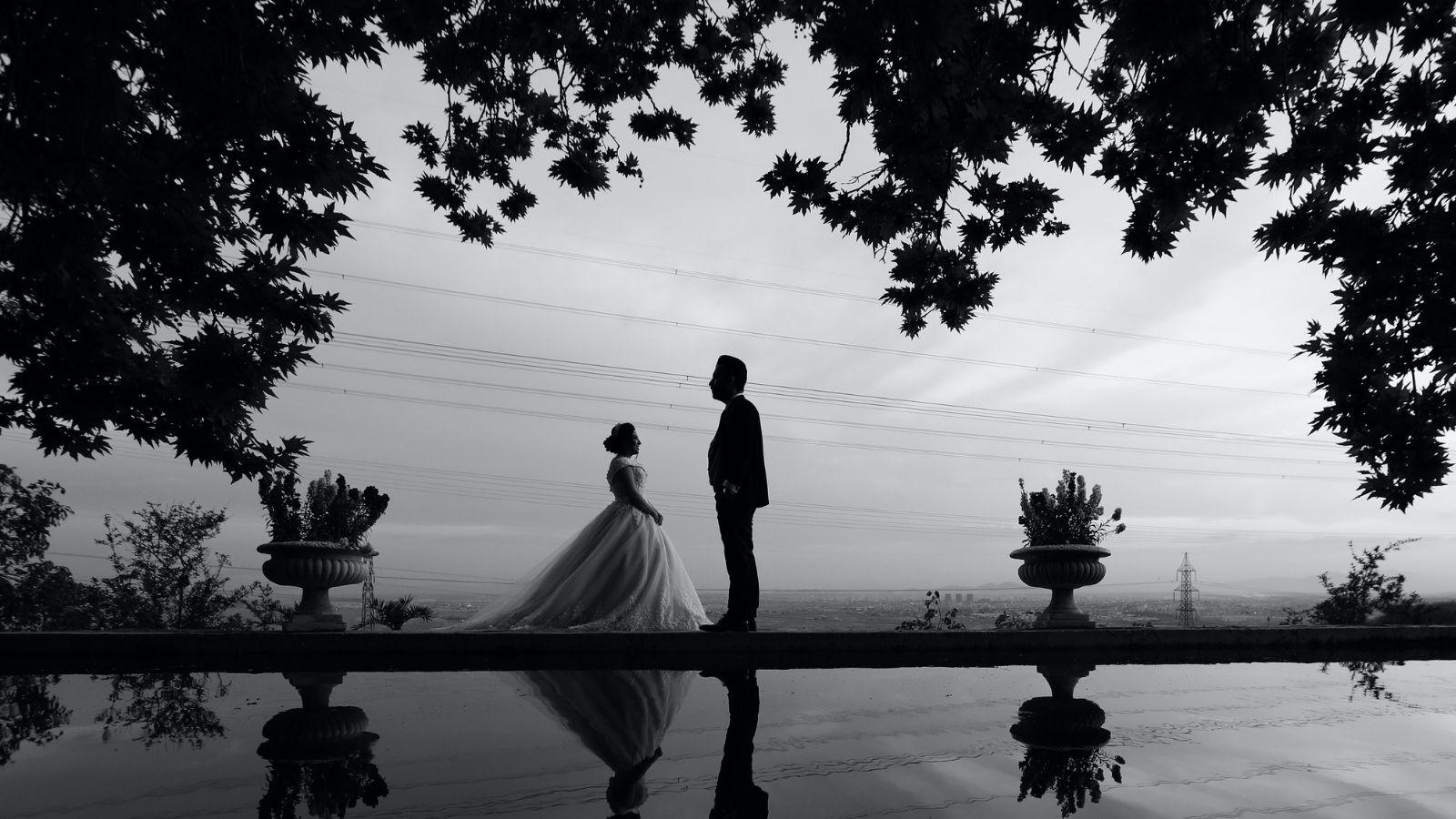 Les mariés posent en noir et blanc en Ardèche