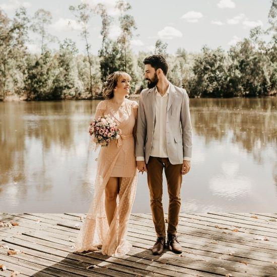 Photo des mariés posant devant un étang