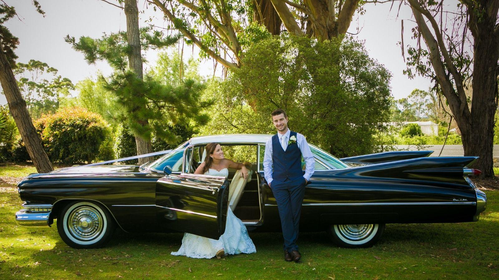 Photo des mariés devant leur voiture à Montluçon