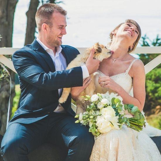 Les mariés avec leur chien