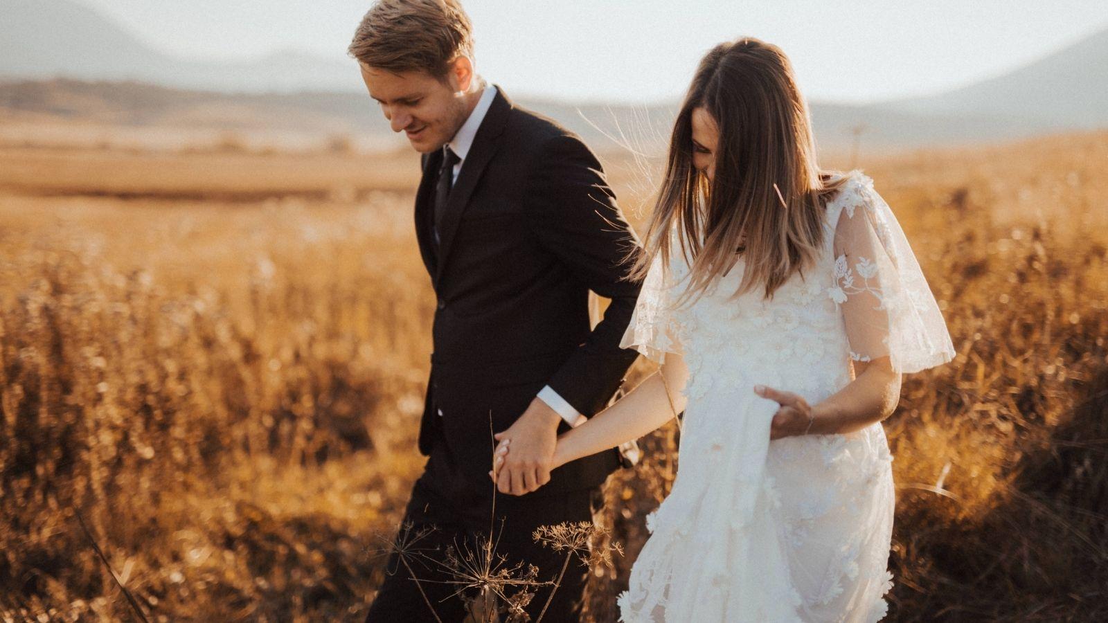Photos des mariés dans un champ en Nouvelle-Aquitaine