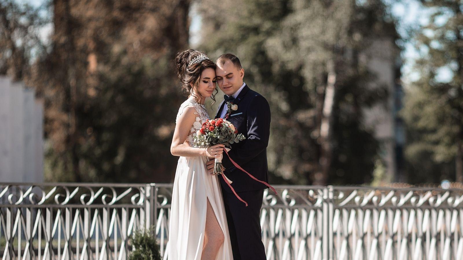 Les mariés posent devant un champ de fleurs dans le Cantal