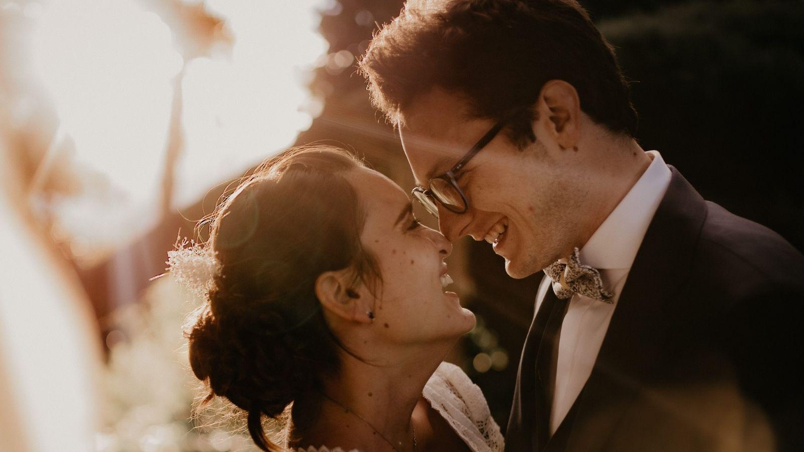 Les mariés se sourient à Lyon