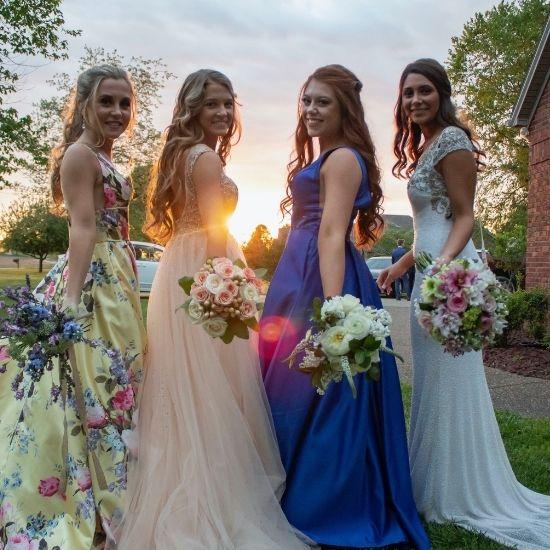 La mariée pose avec ses demoiselles d'honneur