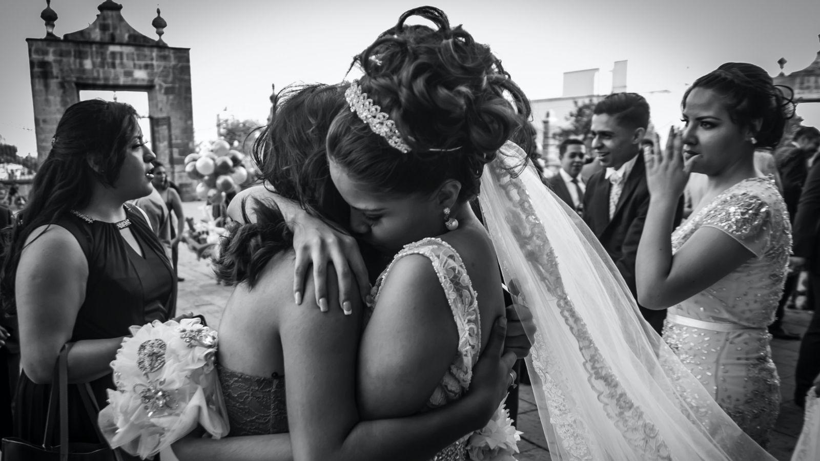 Photo de la mariée dans les bras d'une proche à Nyons