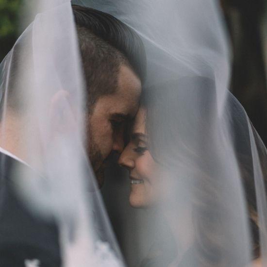 Photo des mariés sous le voile de la mariée
